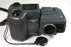 Nikon_Coolpix_995_with_lenscap_off