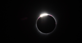 "11:33:20: The ""diamond ring"" effect starts to form..."